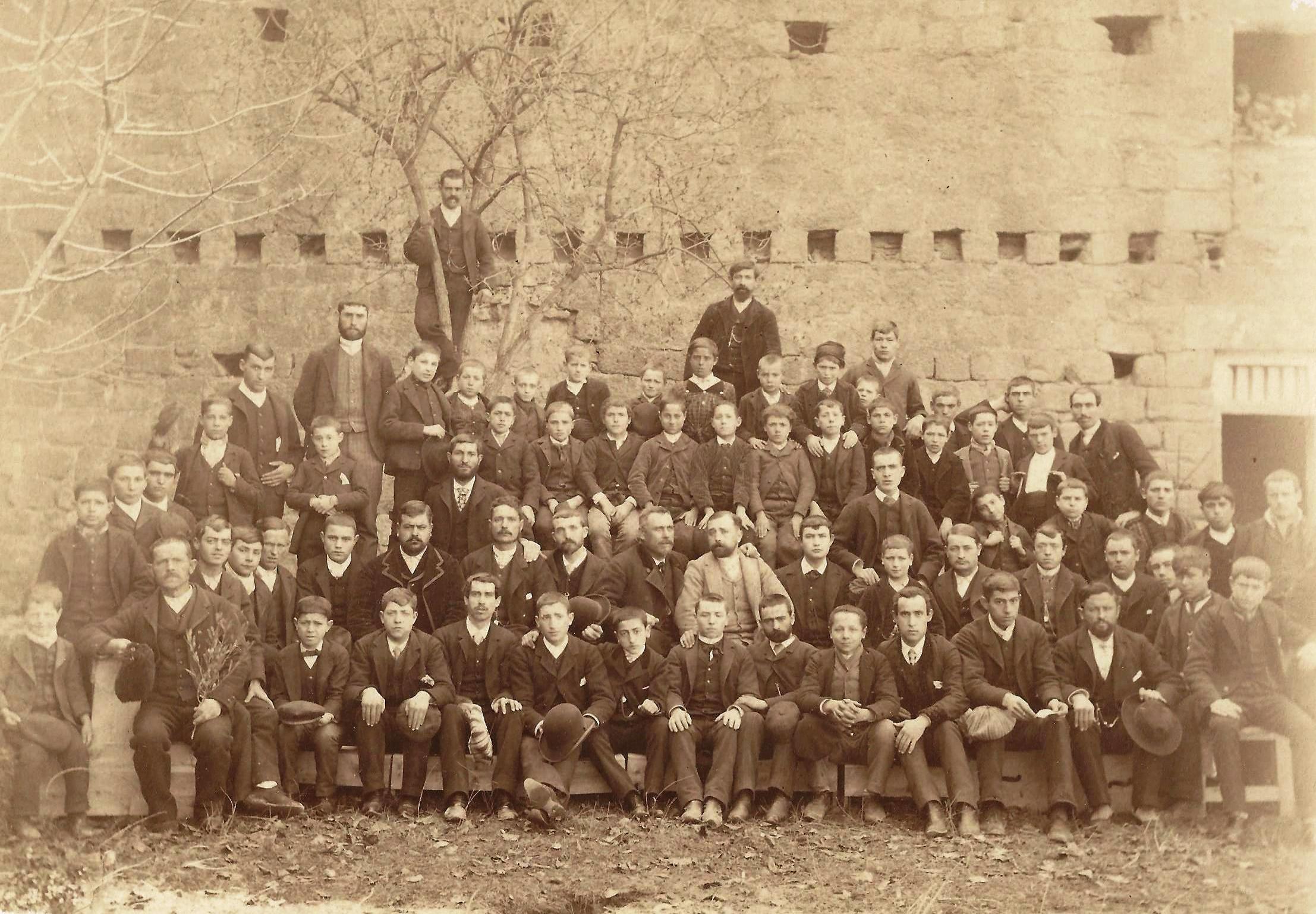 Profesorado y alumnos de la Escuela de Artes y Oficios. 1891